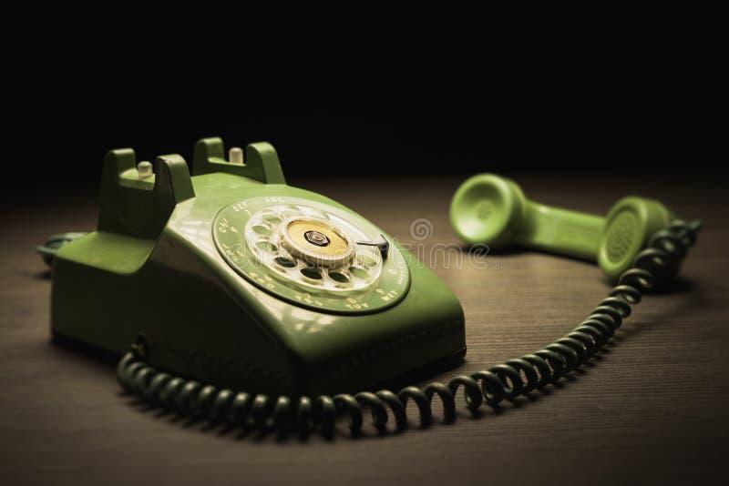 Vecchio telefono su una tavola di legno immagine stock libera da diritti