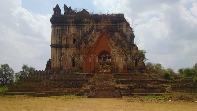 Vecchio tempio di pietra di sbriciolatura Birmania immagini stock