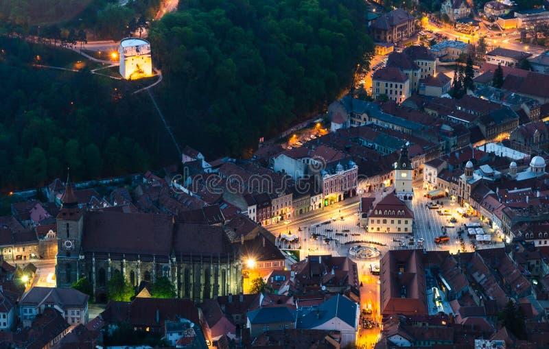 Vecchio tempo della città di Brasov al crepuscolo, Romania immagini stock libere da diritti