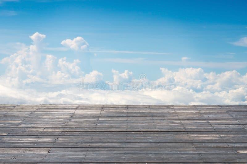 Vecchio terrazzo di legno a strisce verticale con il cloudscape soleggiato del cielo fotografie stock libere da diritti
