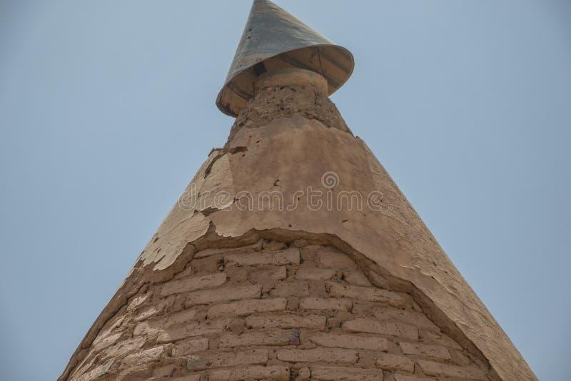 Vecchio tetto aguzzo parzialmente distrutto di una stazione ferroviaria dell'inglese nel Sudan fotografie stock