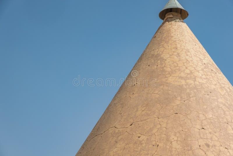 Vecchio tetto aguzzo parzialmente distrutto di una stazione ferroviaria dell'inglese nel Sudan fotografia stock libera da diritti