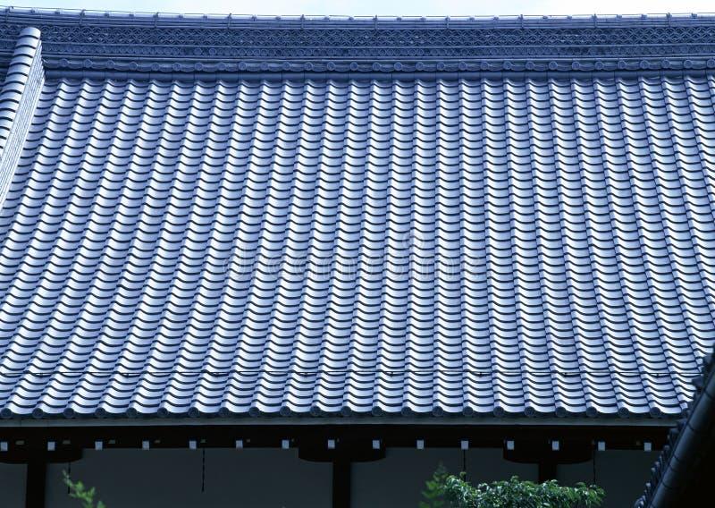 Vecchio tetto blu tradizionale delle mattonelle del fondo di architettura del Giappone fotografia stock