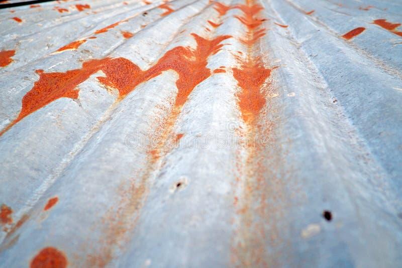 Vecchio tetto dello zinco, primo piano arrugginito della parete del metallo immagine stock