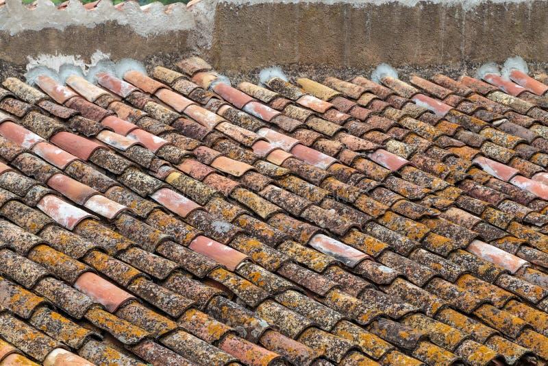 Vecchio tetto piastrellato Struttura e fondo Tetti Mediterranei immagine stock libera da diritti