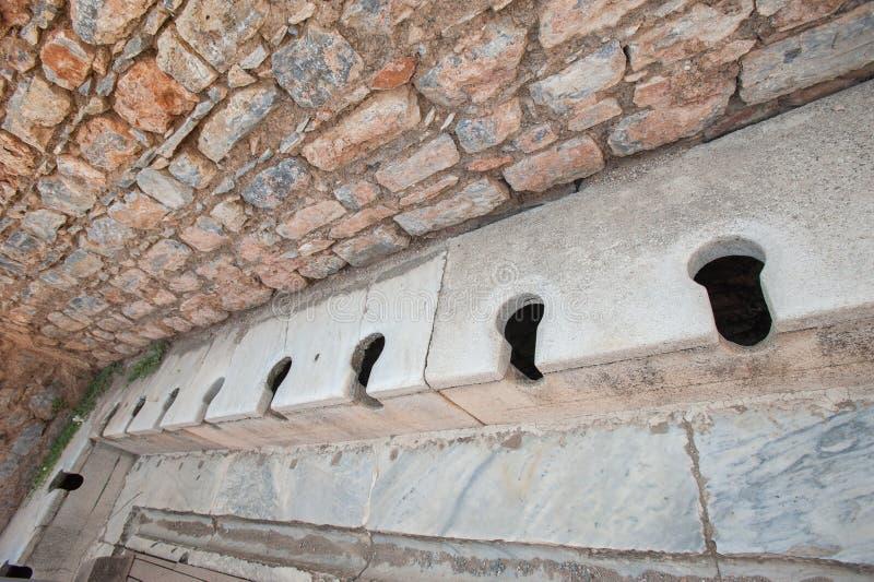 Vecchio tipo toilette nella città antica di Ephesus, Aydin, Turchia fotografia stock libera da diritti
