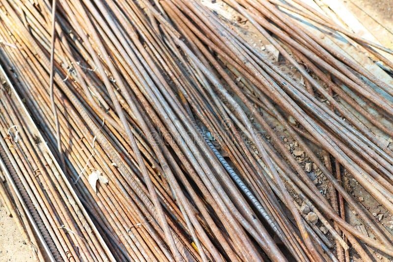 Vecchio tondo per cemento armato con ruggine, isolata su un fondo d'annata fotografie stock libere da diritti