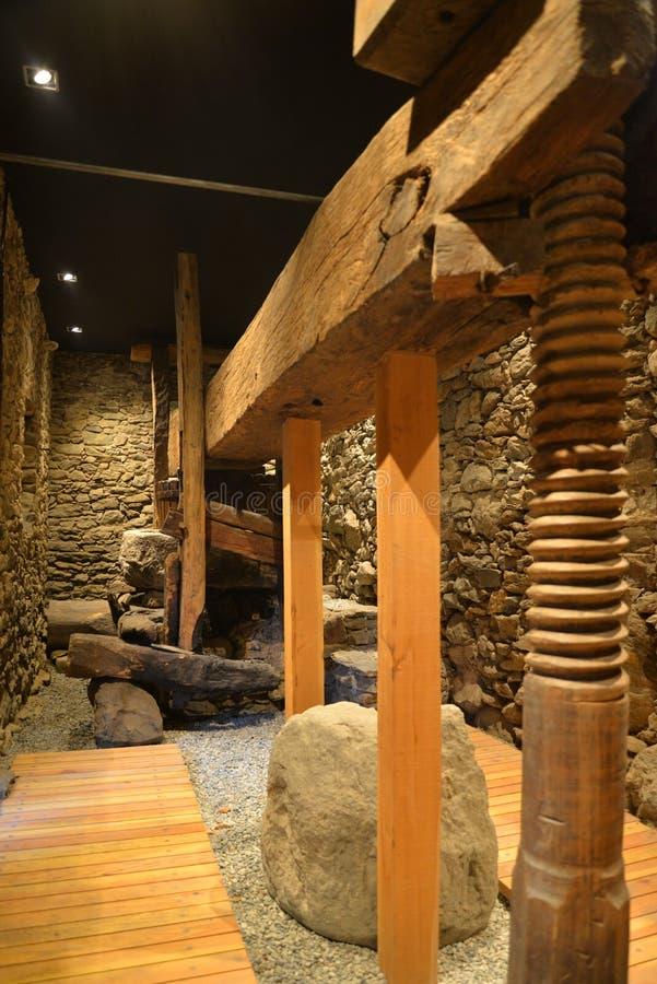 Vecchio torchio di legno, alpi italiane fotografie stock