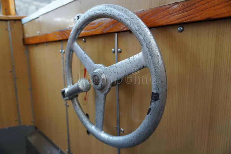 Vecchio tram, con disposizione ed il volante interni di legno marroni all'estremità dell'automobile grande Windows, interno comod fotografie stock