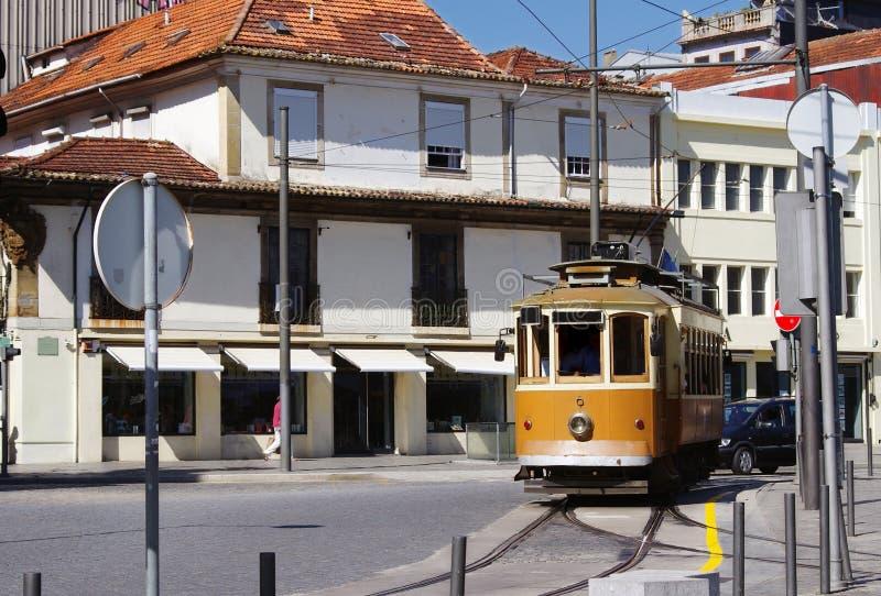Vecchio tram tradizionale a Oporto immagine stock libera da diritti