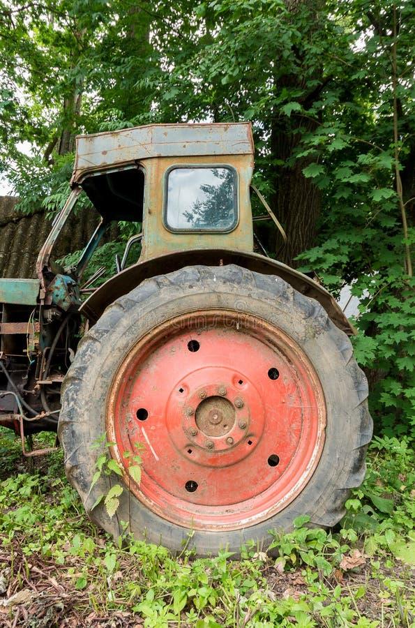 Vecchio trattore abbandonato a ruote Grande rotella immagini stock libere da diritti