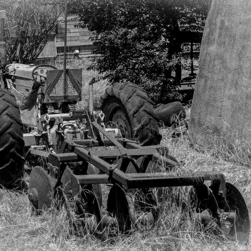 Vecchio trattore abbandonato sull'azienda agricola immagini stock libere da diritti