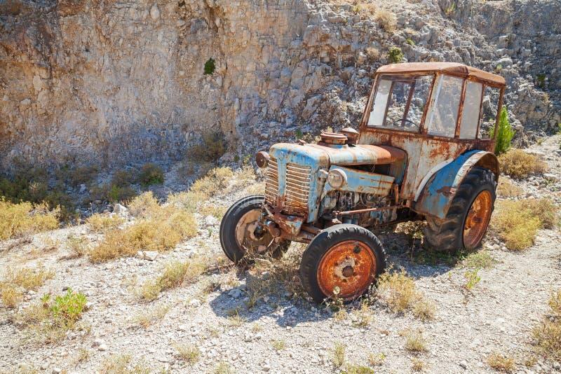 Vecchio trattore arrugginito abbandonato, Grecia fotografia stock