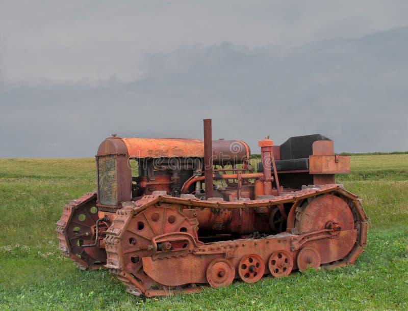 Vecchio trattore arrugginito del bulldozer fotografie stock