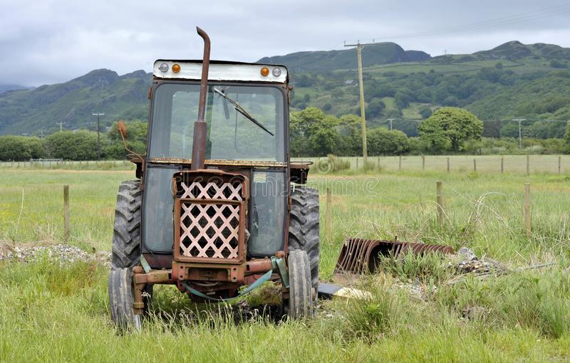 Vecchio trattore arrugginito nella campagna di Lingua gallese fotografie stock libere da diritti