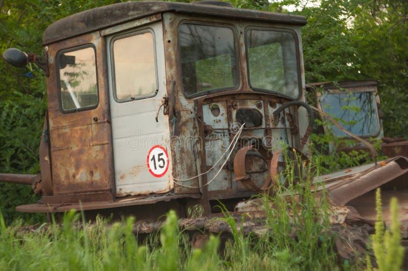 Vecchio trattore a cingoli arrugginito fotografia stock libera da diritti