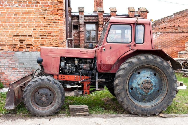 Vecchio trattore rosso sull'azienda agricola fotografie stock