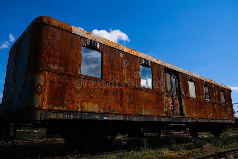 Vecchio treno che si fonde via nel deposito immagine stock