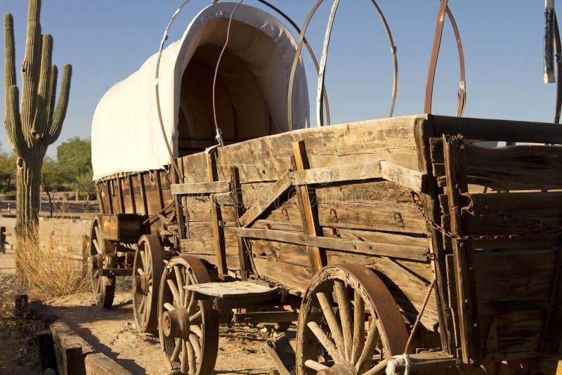Vecchio treno di vagone coperto ad ovest fotografia stock libera da diritti