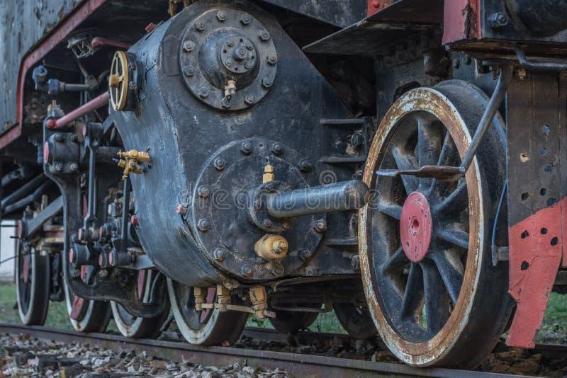 Vecchio treno nero della locomotiva a vapore con le ruote e le parti del primo piano immagine stock libera da diritti