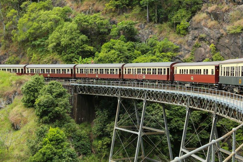 Vecchio treno sul ponte ferroviario fotografie stock libere da diritti