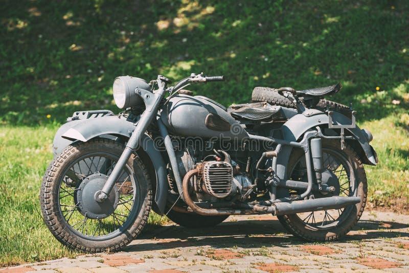 Vecchio Tricar, Motocicletta Grigia A Tre Ruote Con Una Sidecar Delle Forze Tedesche Della Seconda Guerra Mondiale fotografie stock libere da diritti