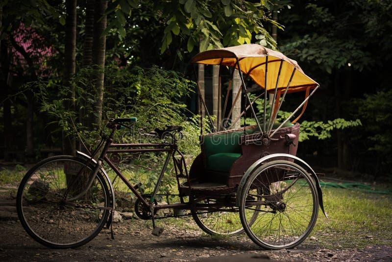 Vecchio triciclo della Tailandia fotografie stock