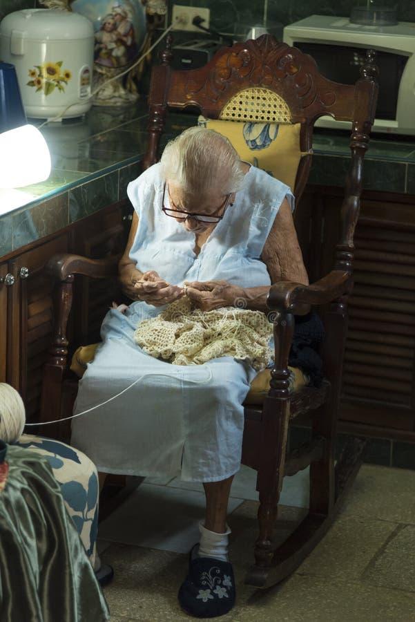Vecchio tricottare cubano di signora fotografie stock