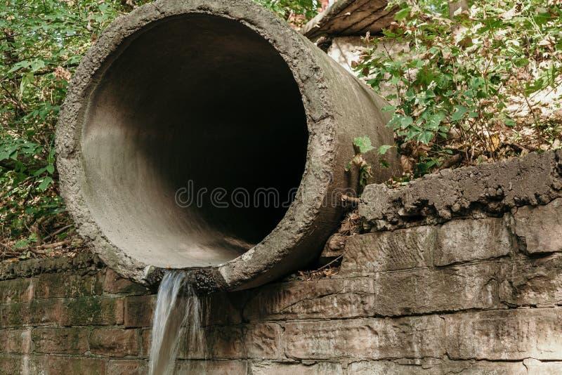 Vecchio tubo concreto di drenaggio del grande diametro fotografia stock