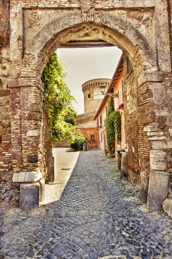 Vecchio tubo principale al villaggio medievale di Ostia Antica - Roma fotografia stock libera da diritti