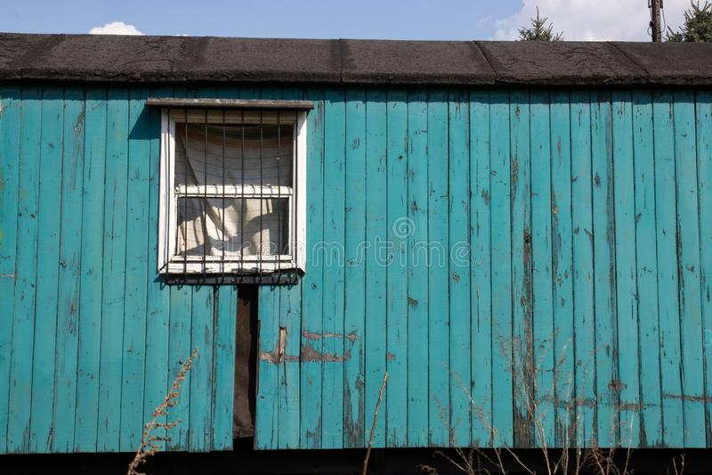 Vecchio vagone abbandonato di legno sui precedenti di cielo blu fotografie stock