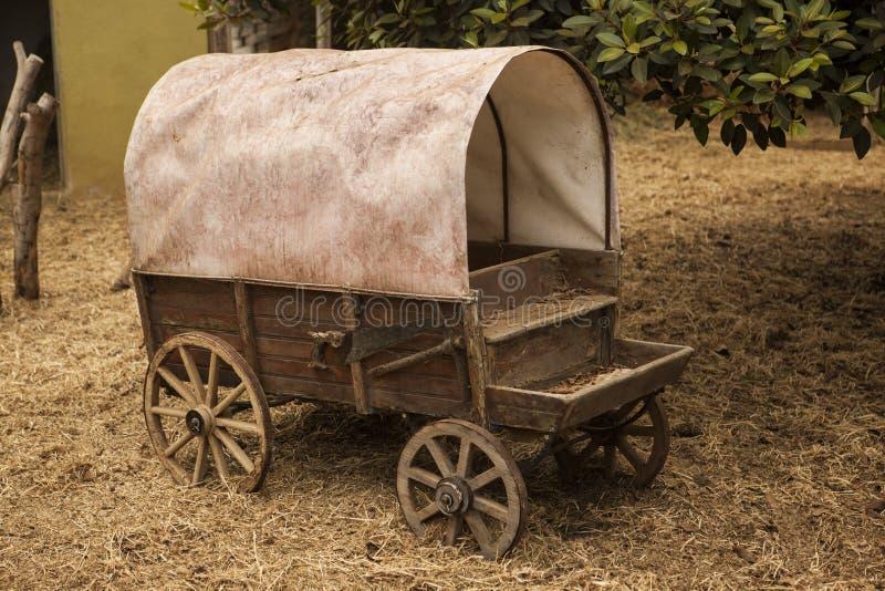 Vecchio vagone americano tradizionale con un tetto fotografia stock