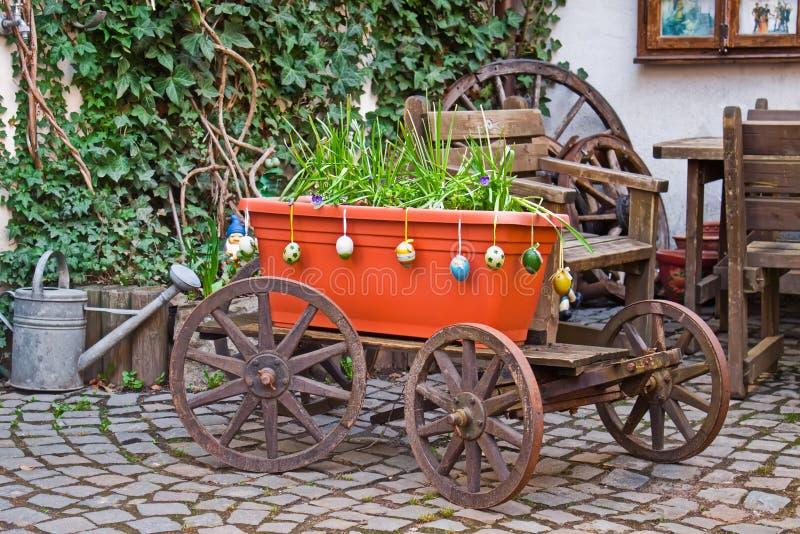 Vecchio vagone con i fiori. fotografie stock