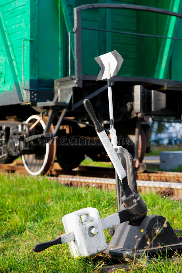Vecchio vagone ferroviario del treno e del commutatore