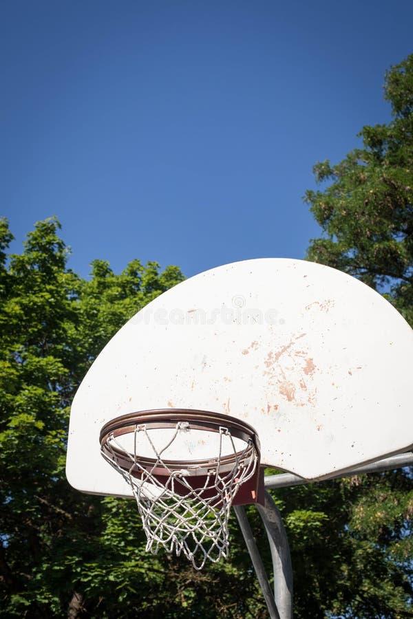 Vecchio verticale del cerchio di pallacanestro fotografia stock libera da diritti