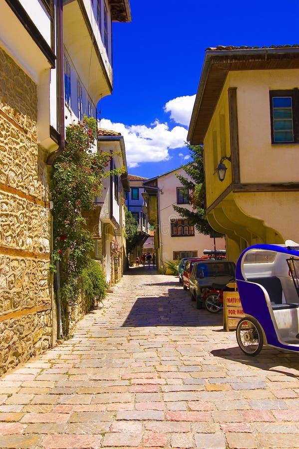 Vecchio vicolo della città di Ohrid, giorno di estate caldo immagine stock