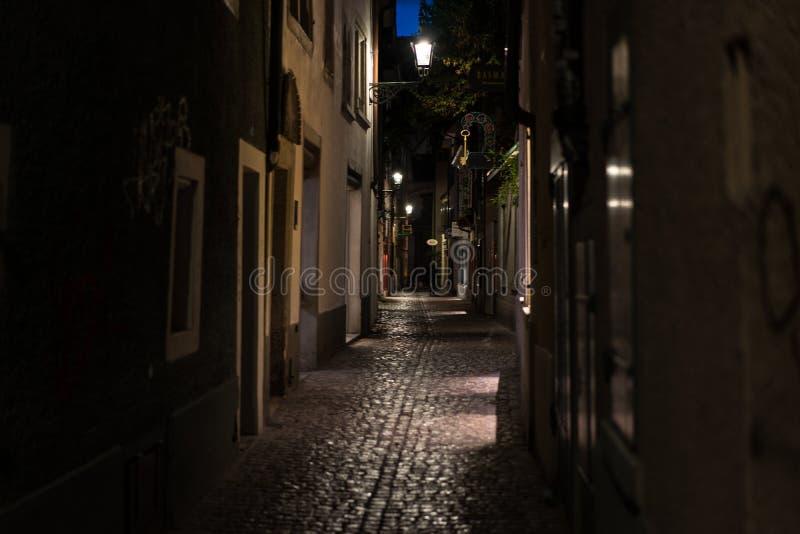 Vecchio vicolo nella notte, Zurigo Svizzera della città fotografia stock libera da diritti