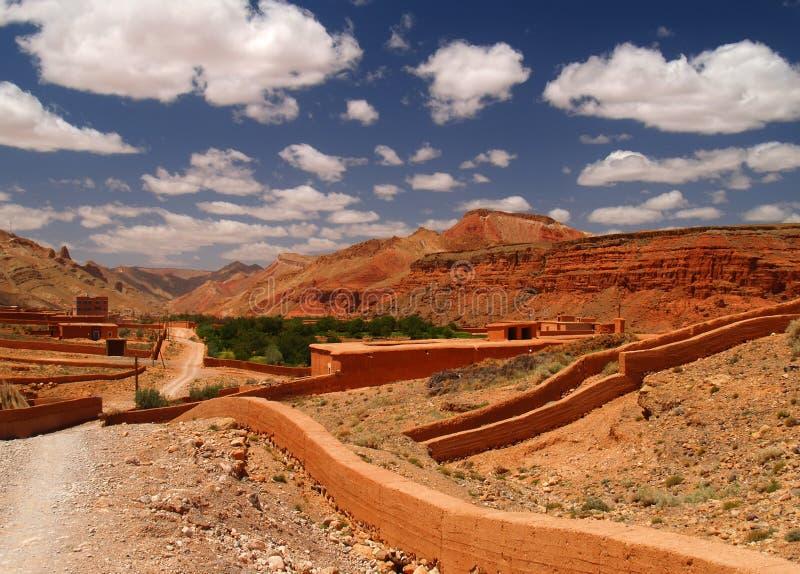 Vecchio villaggio del Marocco in montagne rosse fotografia stock libera da diritti