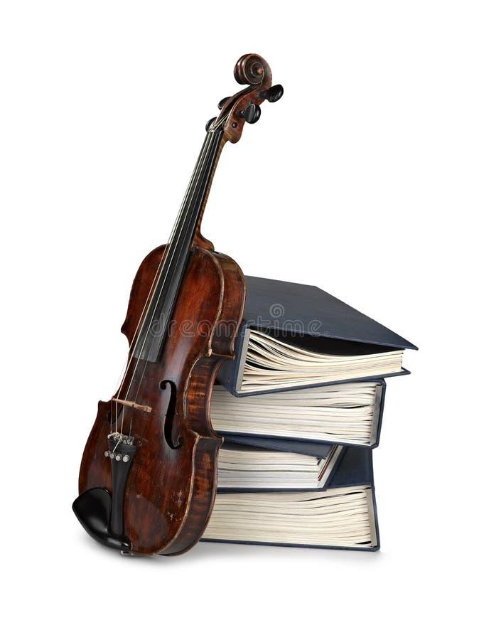 Vecchio violino classico con i libri fotografia stock