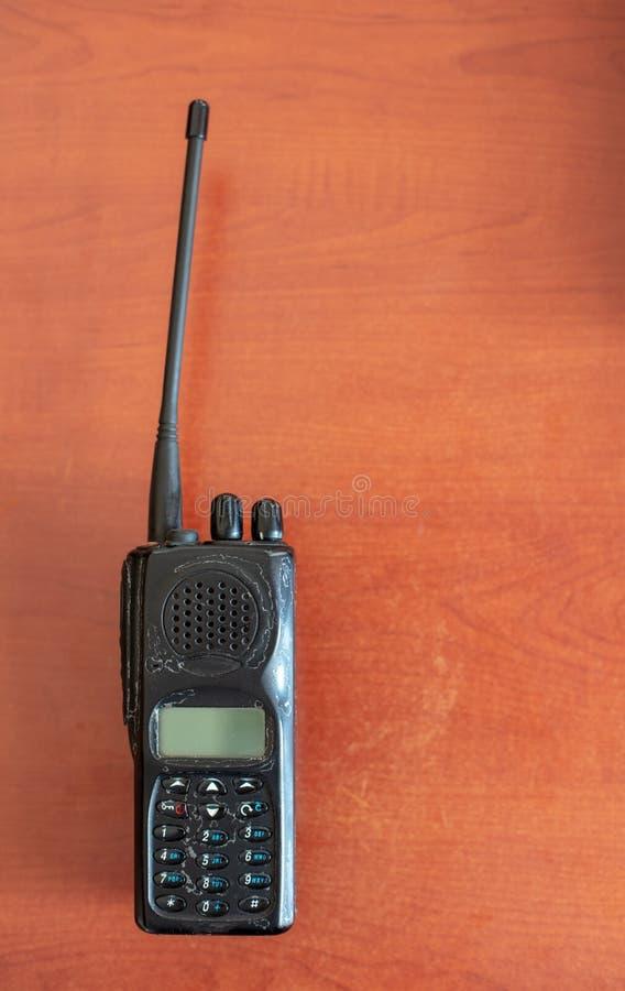 Vecchio walkie-talkie su fondo rosso con ombra immagine stock libera da diritti