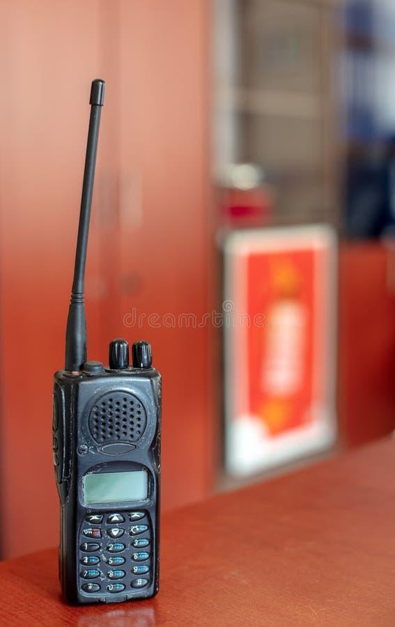 Vecchio walkie-talkie sulla tavola rossa e sul fondo vago fotografia stock libera da diritti