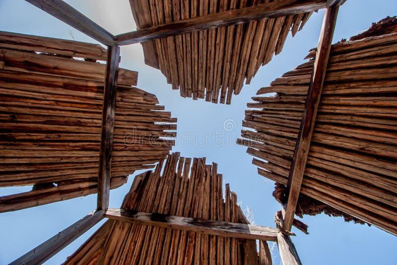 Vecchio yurt della luce di legno del tetto con il cielo fotografia stock libera da diritti