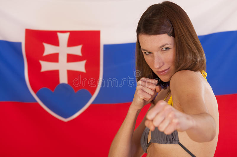 Vechtende vrouw over Slowaakse vlag stock fotografie