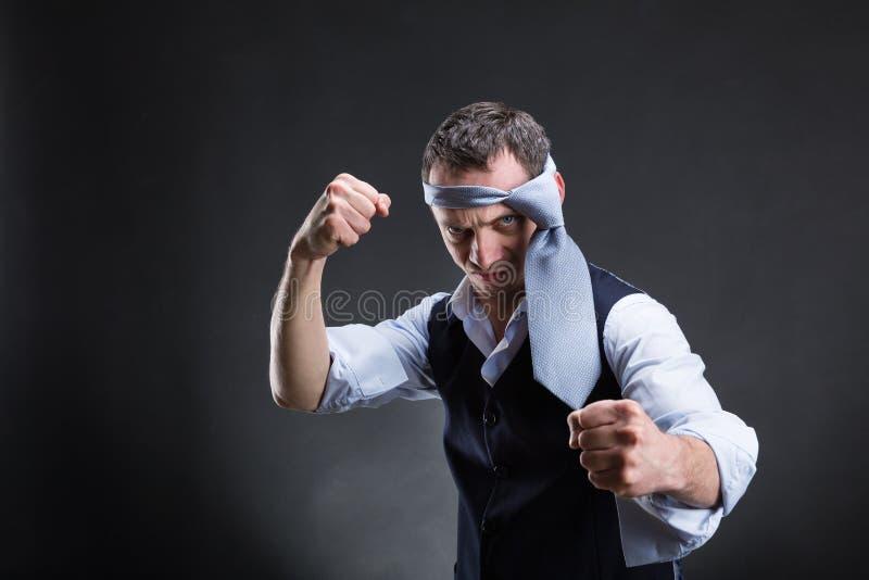 Vechtende zakenman met een band op zijn hoofd royalty-vrije stock afbeeldingen