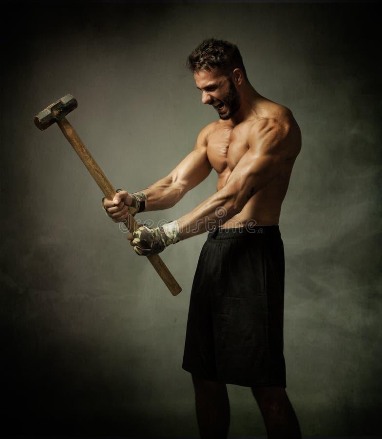Vechter met hamer op handen royalty-vrije stock afbeelding