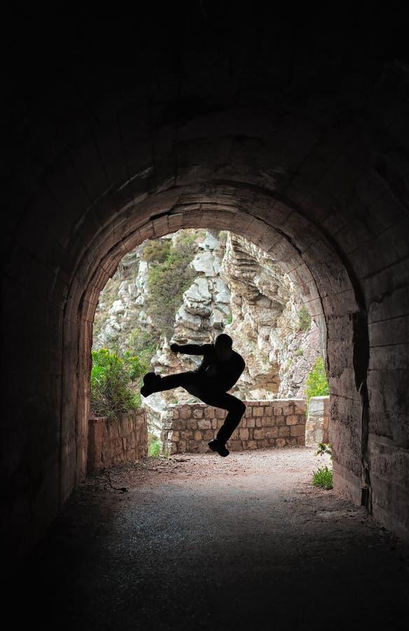 Vechter opleiding in een donkere tunnel stock fotografie
