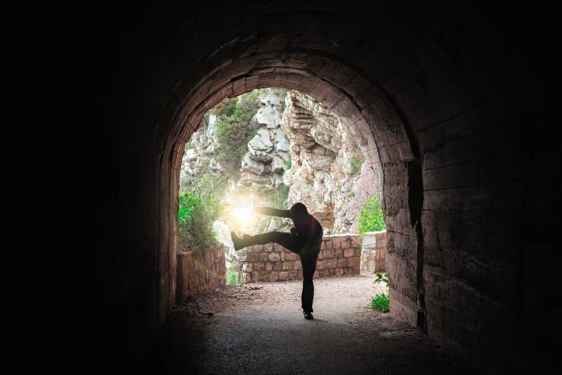 Vechter opleiding in een donkere tunnel stock afbeeldingen