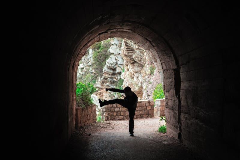 Vechter opleiding in een donkere tunnel royalty-vrije stock foto's