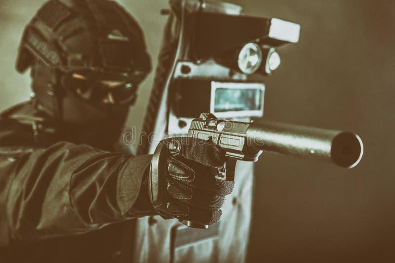 Vechter van het politie de speciale team met pistool en schild stock foto