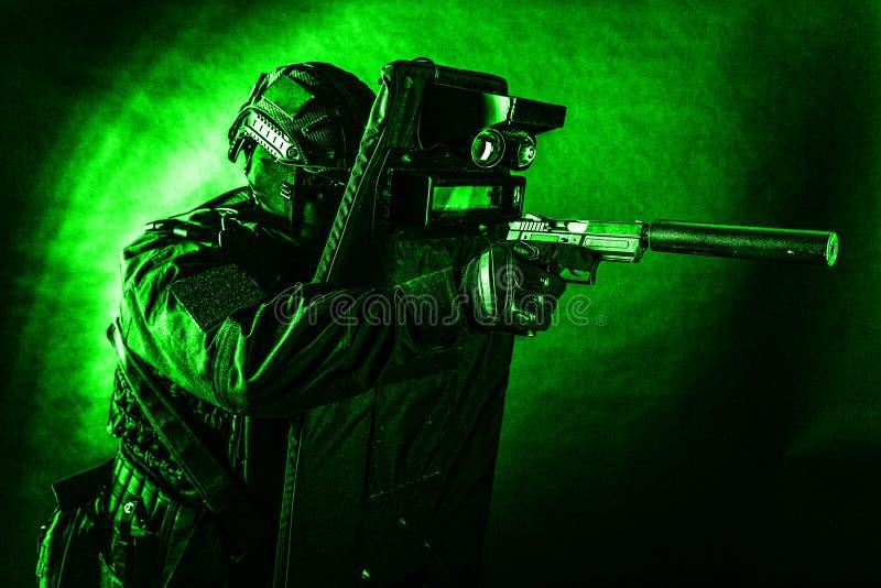 Vechter van het politie de speciale team met pistool en schild royalty-vrije stock afbeelding